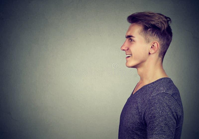 Zijprofielportret van het gelukkige mens lachen stock foto
