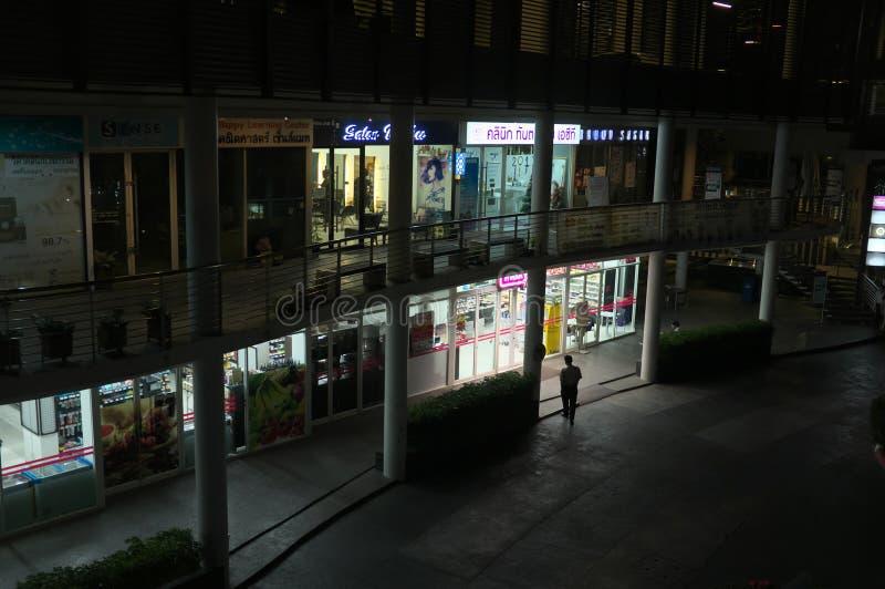 Zijstraat van de Post van Saphan Khwai bij nacht stock afbeelding
