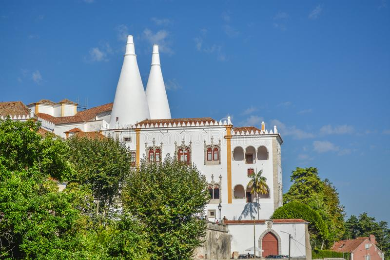 Zijvoorgevel van Nationaal Sintra-Paleis in Portugal royalty-vrije stock afbeeldingen