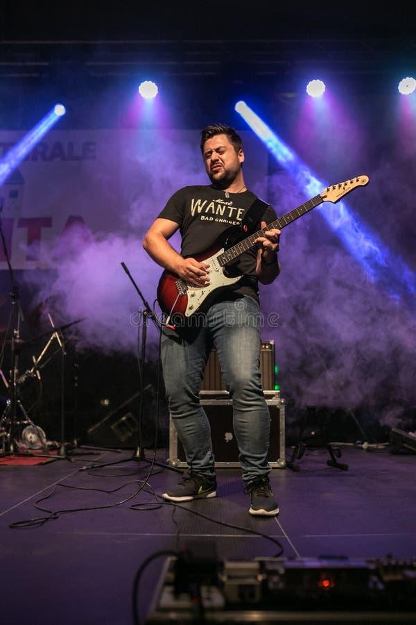 Zilele culturale阿格尼塔,阿格尼塔,锡比乌,罗马尼亚- 2018年8月05日:音乐会在镇阿格尼塔的中心以带和谐 免版税库存照片