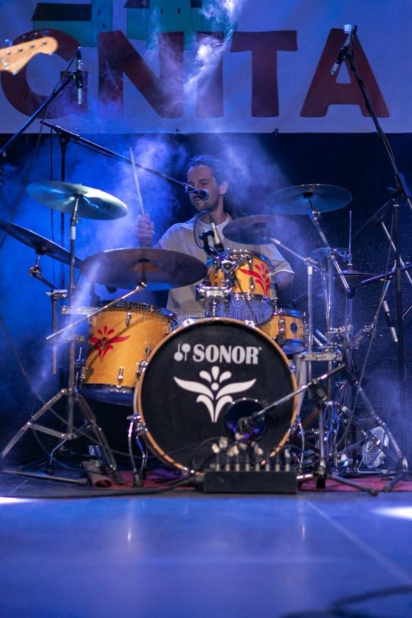 Zilele culturale Agnita, Agnita, Sibiu, Rumänien - Augusti 05, 2018: Konsert i mitten av staden Agnita med musikbandHARMONIN royaltyfria bilder