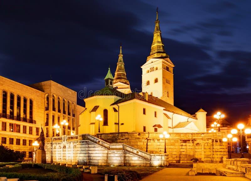 Zilina - Dreiheits-Kathedrale, Slowakei-atž Nacht stockbild
