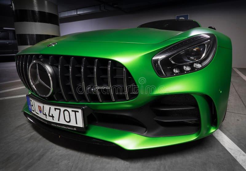 Zilina, Republik eslovaco/Eslovaquia - 9 de noviembre de 2017: Cupé nativo de Mercedes-AMG GT R del color verde que se coloca en  foto de archivo