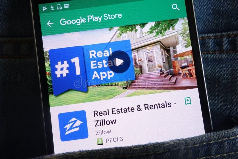 Zillow在谷歌戏剧在智能手机显示的商店网站上的不动产应用程序掩藏在牛仔裤装在口袋里 图库摄影