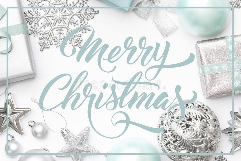 Zilver en pastelkleur blauwe die Kerstmisgiften, ornamenten en decoratie op witte achtergrond worden geïsoleerd De grens van Kers royalty-vrije stock foto's