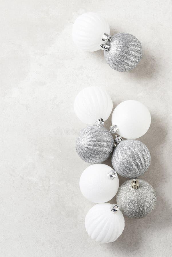 Zilver en witte kerstboom Balls op een licht gevlekt grijs oppervlak Verticaal met kopieerruimte stock foto's