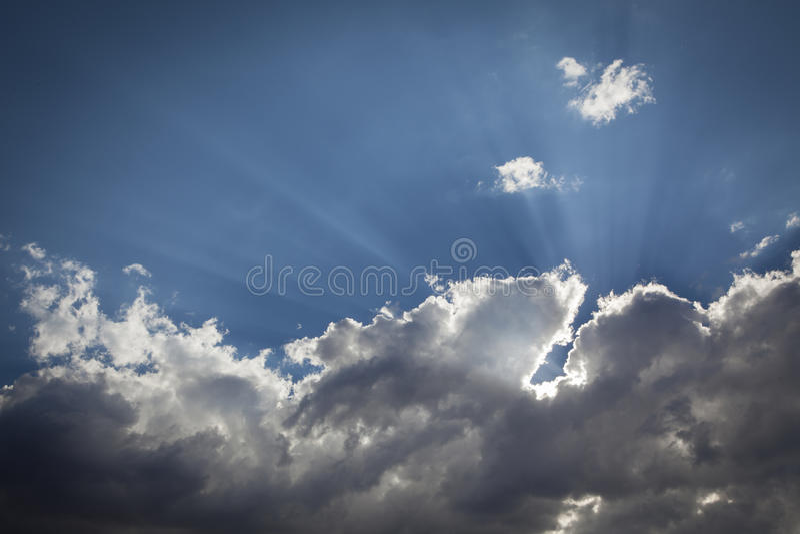 Zilver Gevoerde Onweerswolken met Lichte Stralen en Exemplaarruimte royalty-vrije stock fotografie