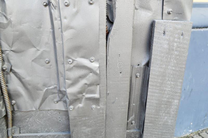 Zilverachtige textuur in steampunkstijl, cyberpunk gebogen, verdraaide, oude metaalbladen van tin, bouten, klinknagels, ijzerstav stock afbeeldingen