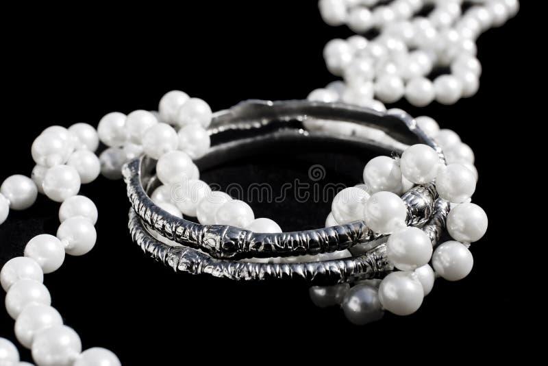 Zilveren armbanden en parels stock foto's