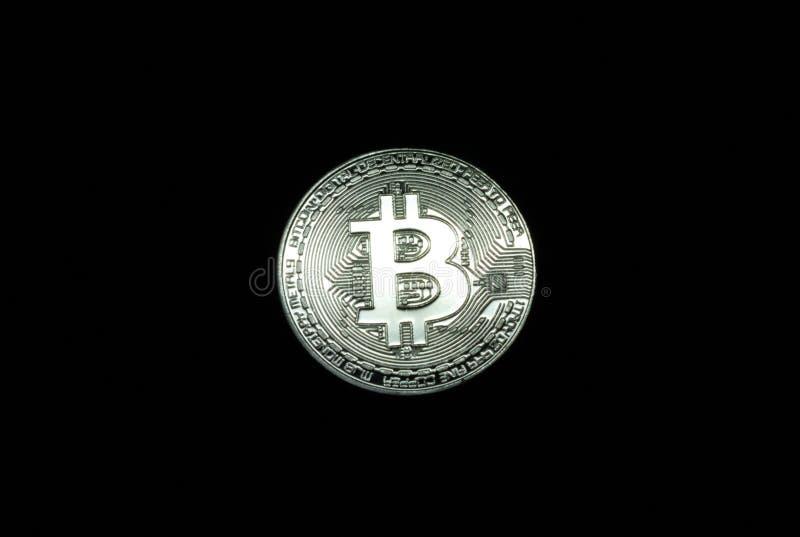 Zilveren Bitcoin-Muntstuk op zwarte achtergrond stock foto