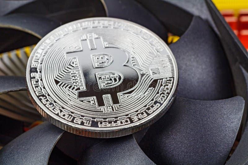 Zilveren bitcoin op de van de achtergrond CPUventilator close-up Cryptocurrency virtueel geld royalty-vrije stock foto