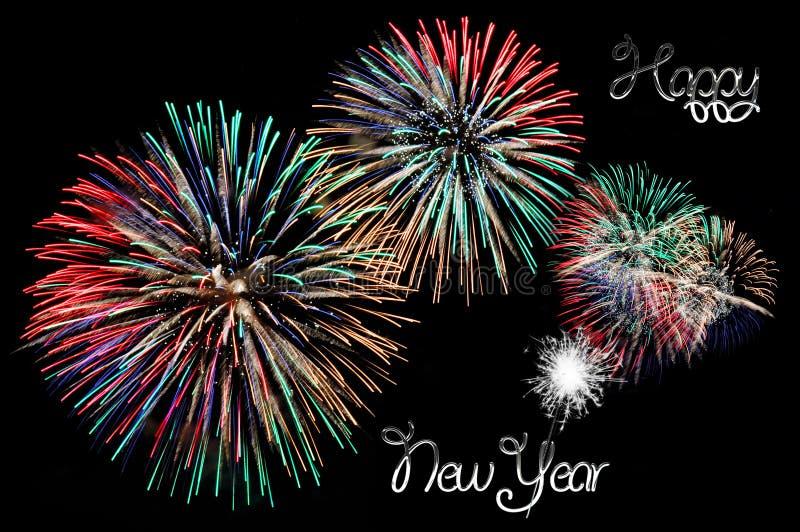 Zilveren brieven Gelukkige nieuwe jaar en flitsen van vuurwerk stock foto's