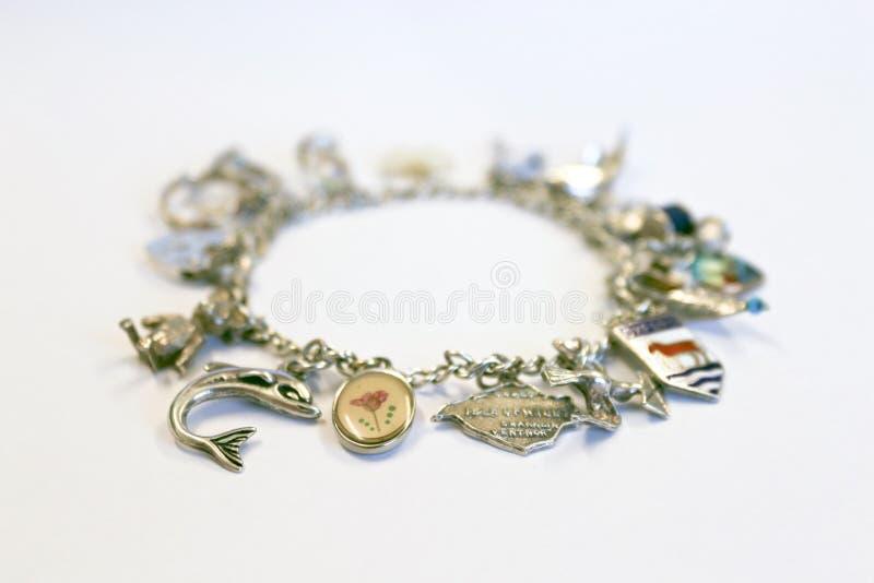 Zilveren charmearmband stock fotografie