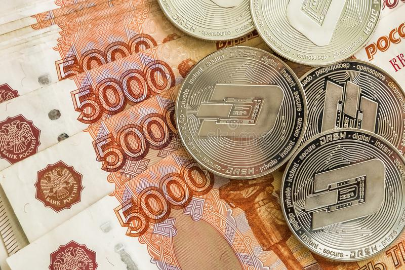 Zilveren crypto muntstukkenstreepje, Russische roebels De metaalmuntstukken worden opgemaakt op een vlotte achtergrond aan elkaar stock foto
