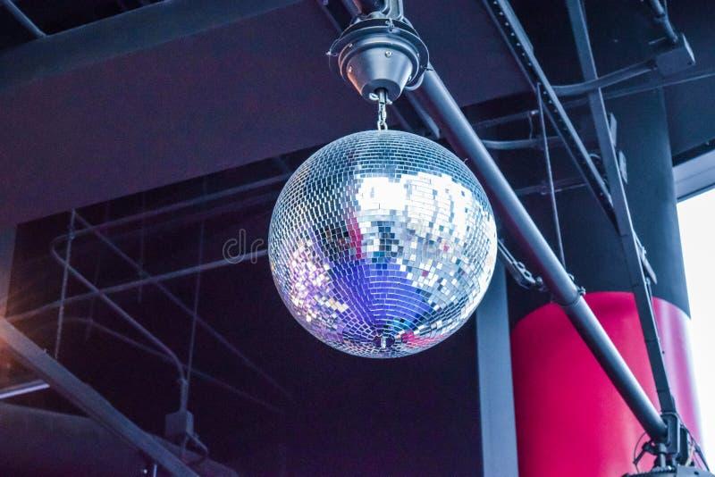 Zilveren discobal in nachtclub stock afbeelding