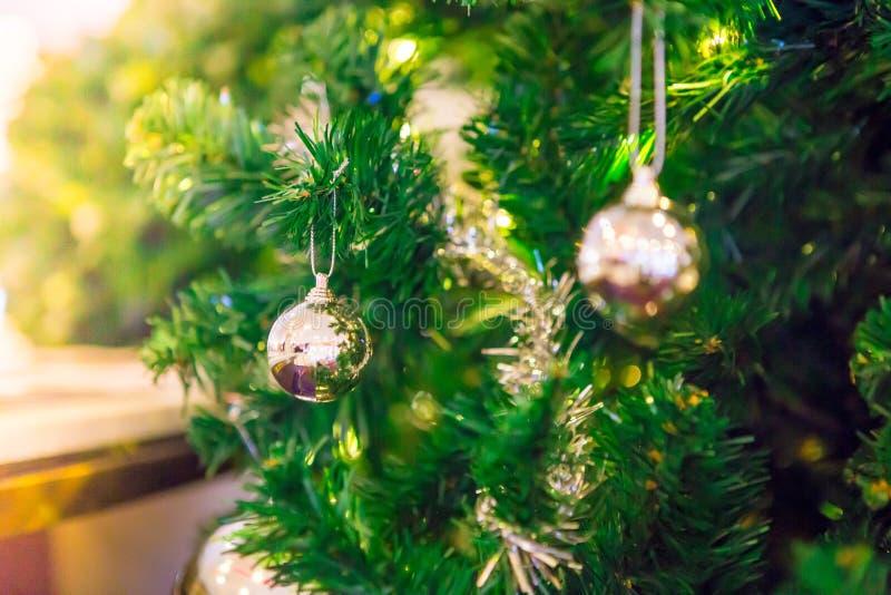 Zilveren en gouden ballen op een Kerstboom stock foto's