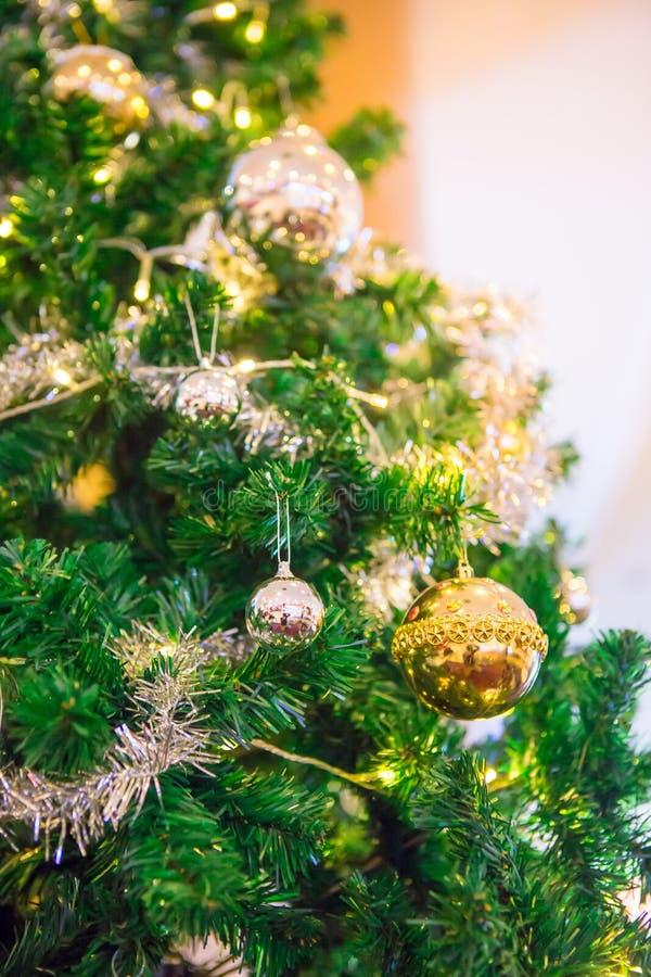 Zilveren en gouden ballen op een Kerstboom stock afbeelding