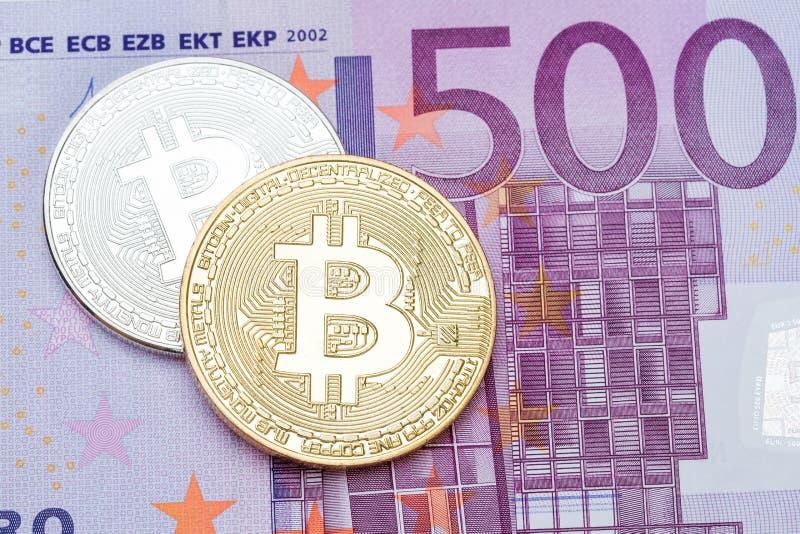 Zilveren en gouden bitcoin op 500 euro bankbiljetachtergrond royalty-vrije stock fotografie