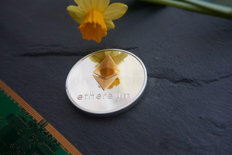 Zilveren Ethereum-muntstuk die op theon liggen een grijze steenoppervlakte stock afbeeldingen