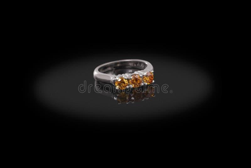 Zilveren Gouden kostbaar ringswijfje met grote gele diamanten op zwarte achtergrond royalty-vrije stock foto's