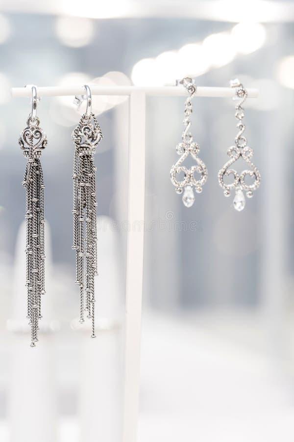 Zilveren juwelen op vertoning Zilveren oorringen op vertoning royalty-vrije stock afbeelding