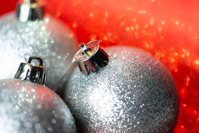 Zilveren kerstballen op glitter-achtergrond royalty-vrije stock afbeelding