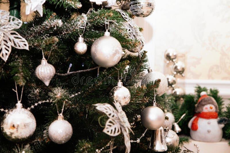 Zilveren Kerstmis of Kerstmisbalornamenten die op Kerstmis hangen of royalty-vrije stock foto's