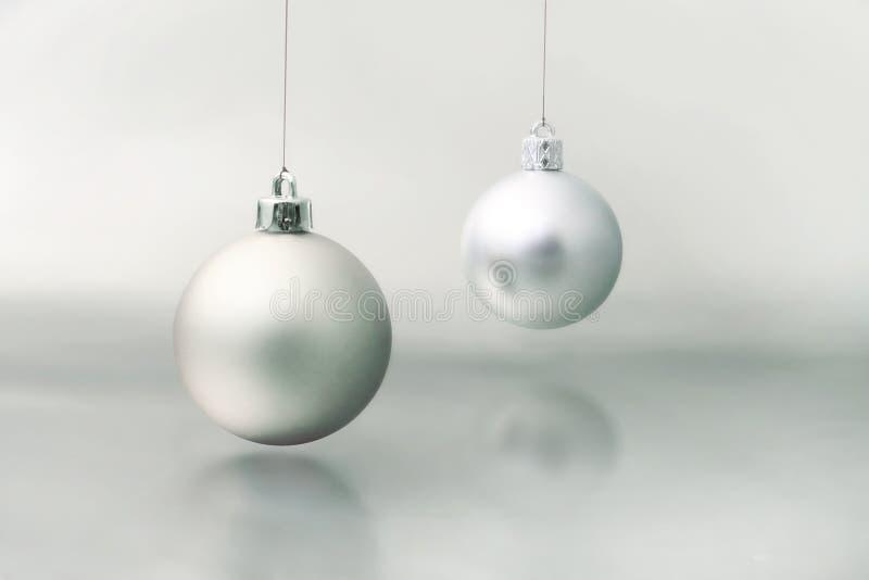 Zilveren Kerstmisbal royalty-vrije stock afbeelding