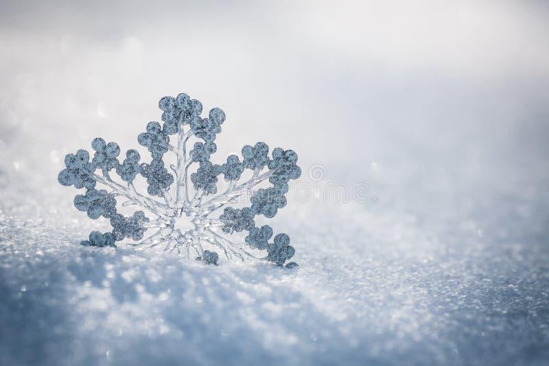 Zilveren Kerstmisdecoratie op sneeuw royalty-vrije stock foto's