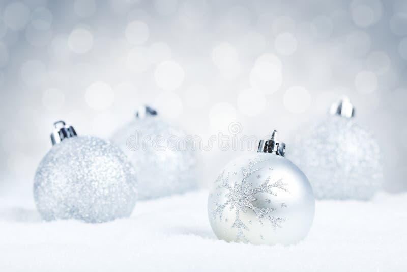 Zilveren Kerstmissnuisterijen op sneeuw met een zilveren achtergrond royalty-vrije stock fotografie
