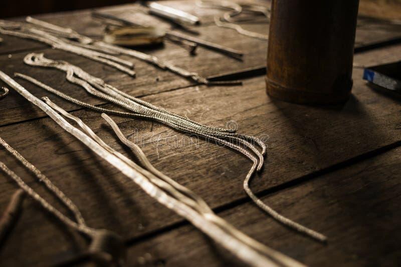 Zilveren kettingen voor het maken van juwelenproducten stock foto's
