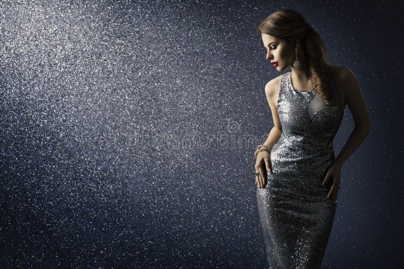 Zilveren kleding, mannequin het stellen in fonkelende sexy toga stock afbeelding