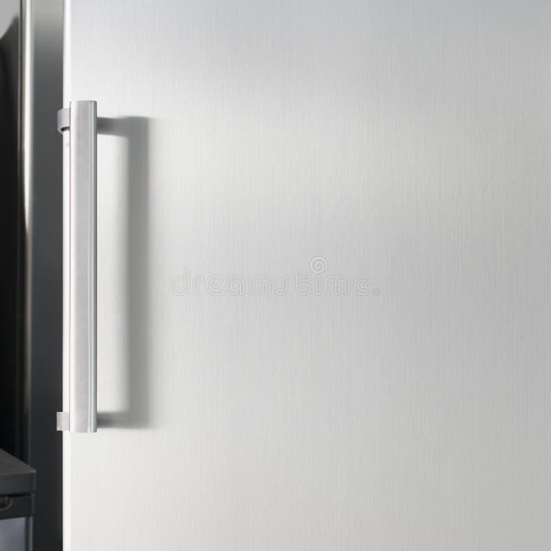 Zilveren koelkastdeur met handvat, met vrije ruimte voor tekst royalty-vrije stock afbeelding