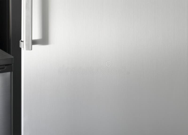 Zilveren koelkastdeur met handvat, met vrije ruimte voor tekst stock afbeeldingen