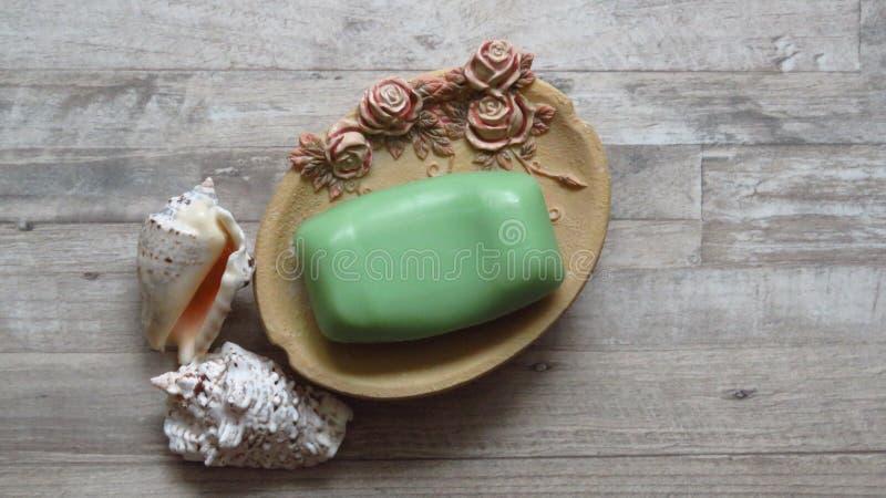 Zilveren Lippenzeeschelpen, Rose Decorated Soap Tray, Groene Zeep royalty-vrije stock afbeelding
