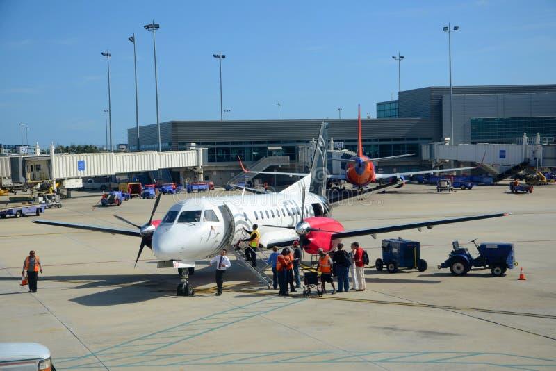 Zilveren Luchtroutes Saab 340 bij luchthaven stock fotografie