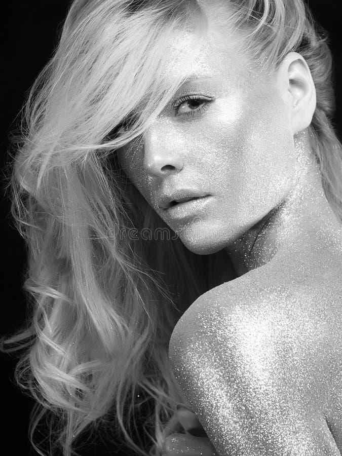 Zilveren meisje Blond Haarmeisje met Art Make-Up stock foto
