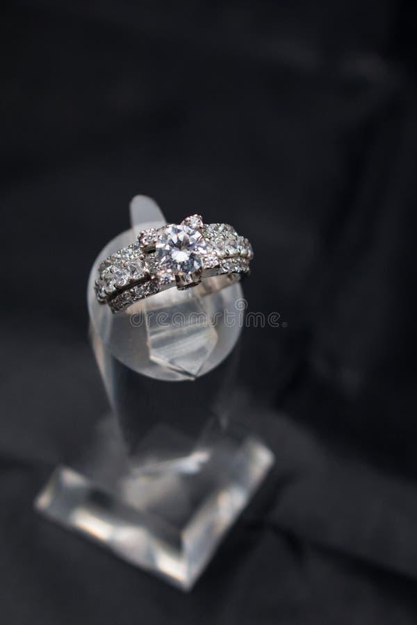 Zilveren met de hand gemaakte ring met diamanten op een zwarte achtergrond royalty-vrije stock foto