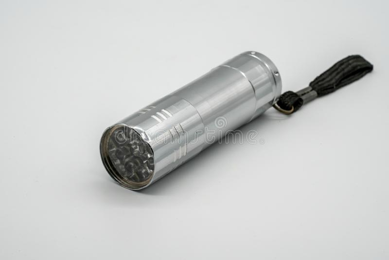 Zilveren metaal beschadigd die flitslicht op wit wordt geïsoleerd stock foto