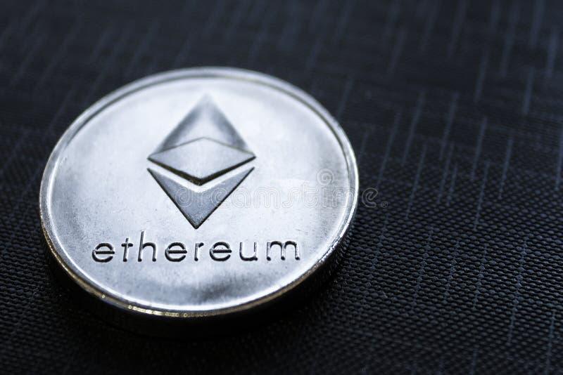 Zilveren muntstuk Ethereum op zwarte textuurachtergrond royalty-vrije stock foto's
