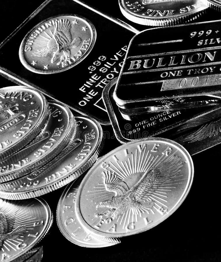 Zilveren Muntstukken en Bars die Rijkdom vertegenwoordigen royalty-vrije stock afbeelding