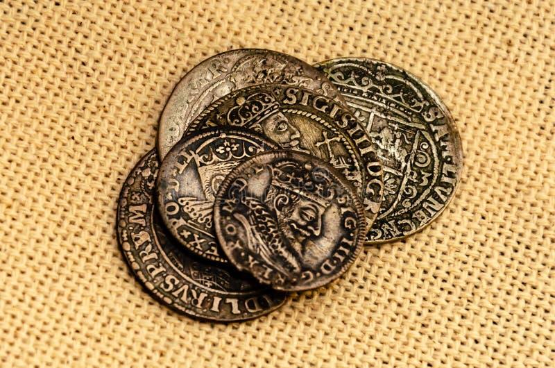 Zilveren muntstukken op linnenachtergrond royalty-vrije stock foto's