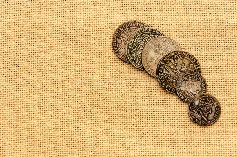 Zilveren muntstukken op linnenachtergrond stock foto