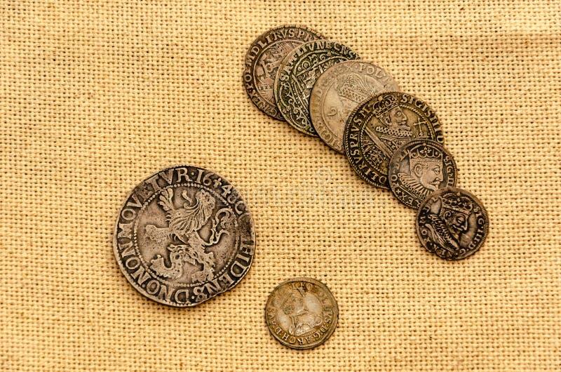 Zilveren muntstukken op linnenachtergrond royalty-vrije stock foto