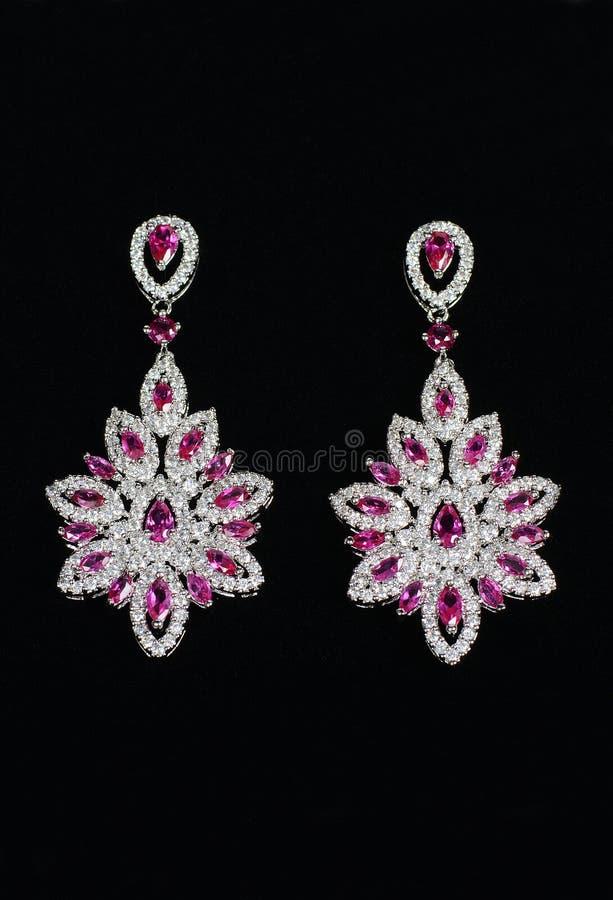Zilveren oorringen met juwelen royalty-vrije stock afbeeldingen