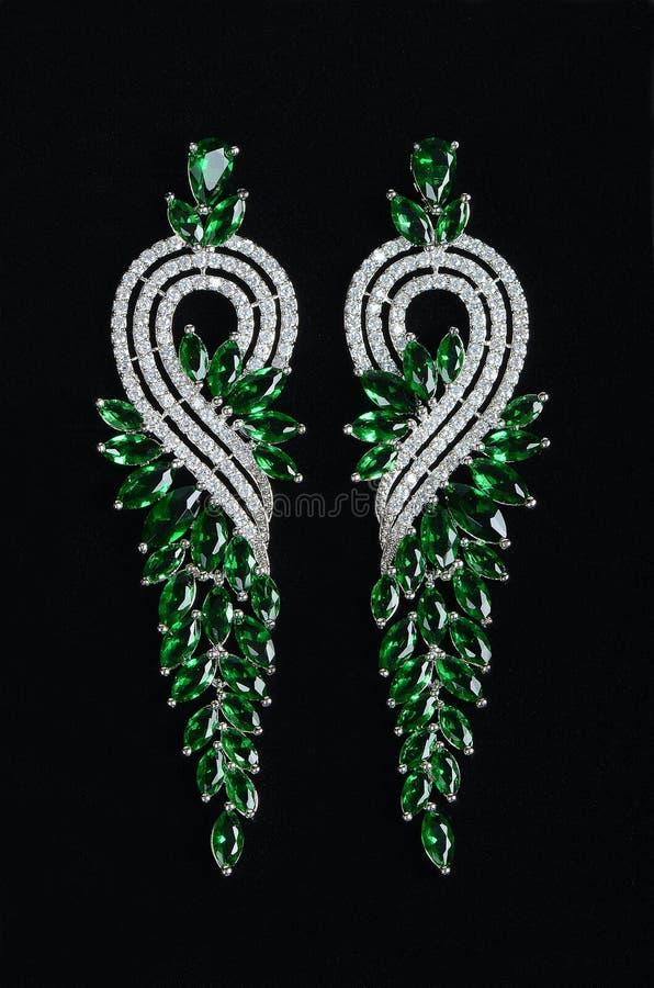 Zilveren oorringen met juwelen royalty-vrije stock foto's