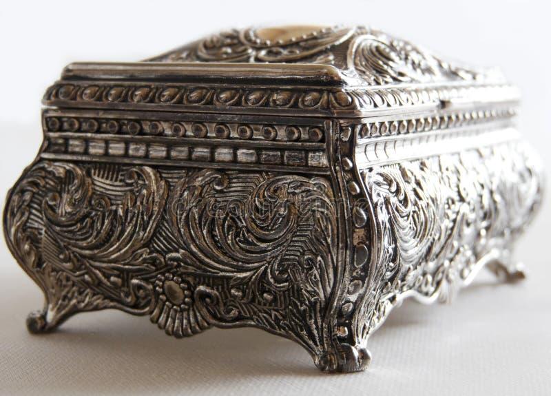 Zilveren oude kist stock afbeeldingen