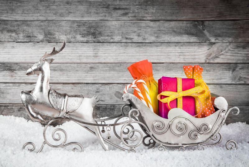 Zilveren Rendier en Santa Sleigh met Giften stock foto's