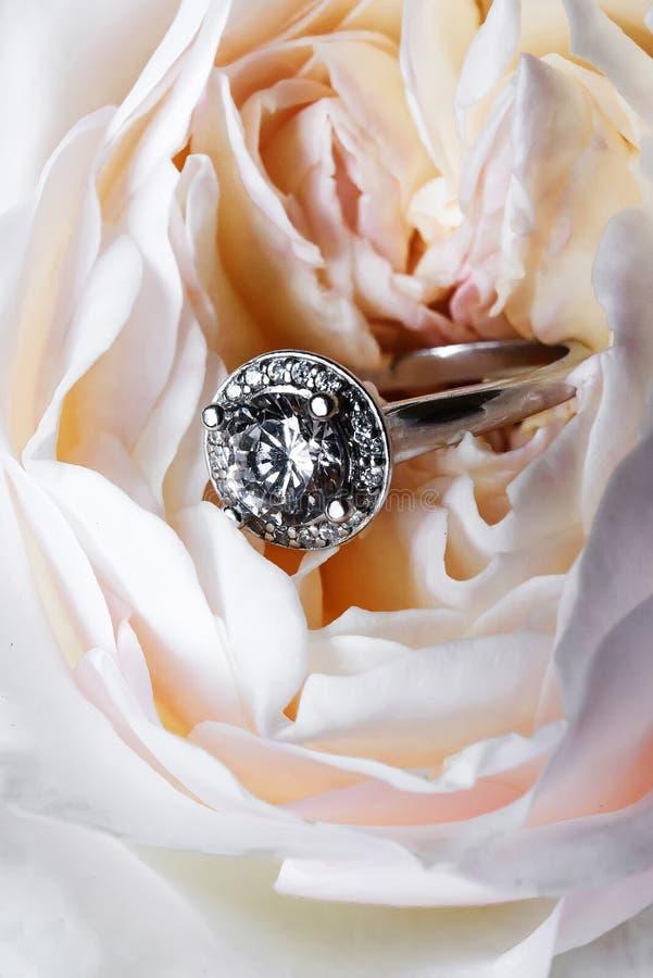 Zilveren ring met een halfedelsteen in een witte pioen royalty-vrije stock afbeelding