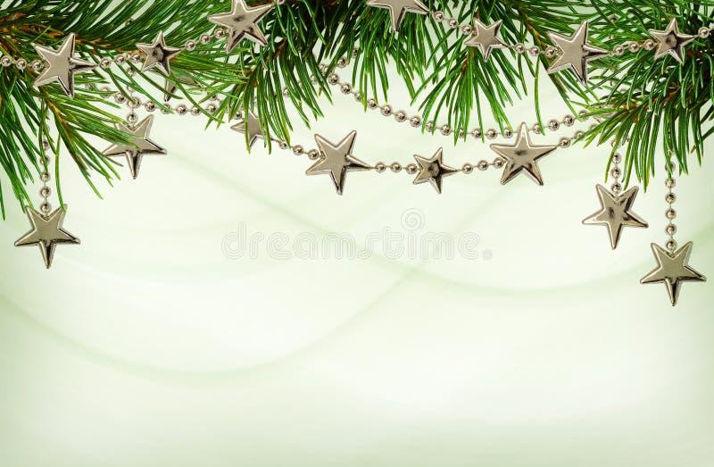 Zilveren slingers met takjes van groene Kerstboom voor bovenkant borde royalty-vrije stock foto's